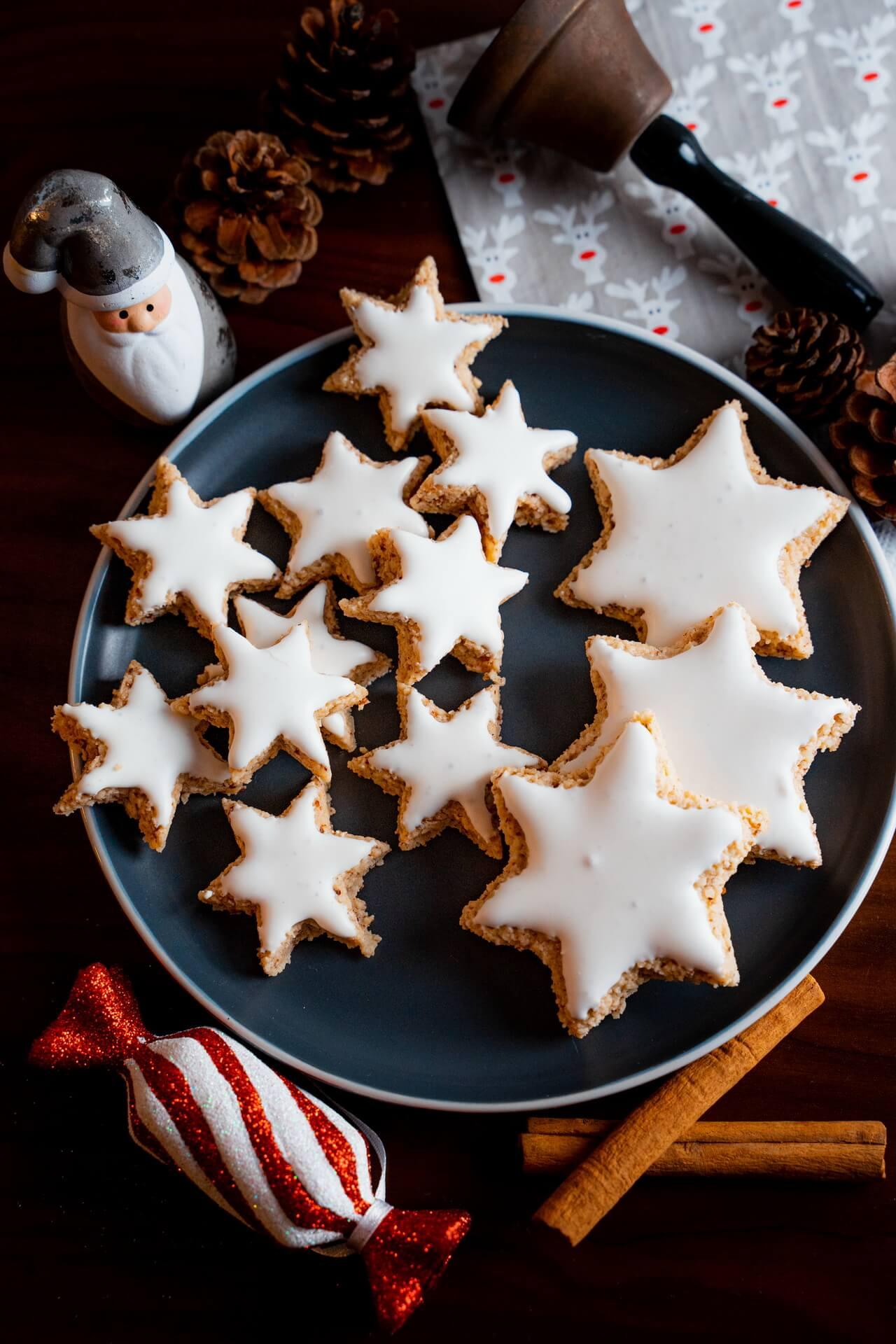 Zimtsterne Cinnamon Star Christmas Cookies On Plate Vertical