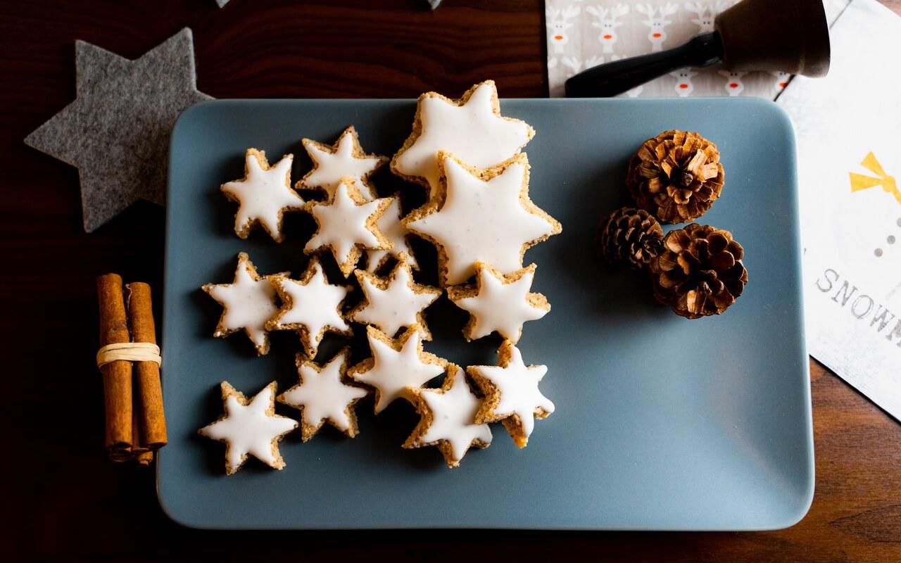 Zimtsterne Cinnamon Star Christmas Cookies On Rectangular Plate