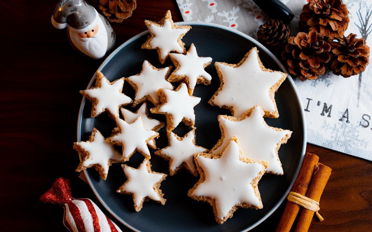 Zimtsterne Cinnamon Star Christmas Cookies On Round Plate